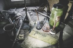 Equipamento do vintage do laboratório químico na tabela de madeira Fotografia de Stock