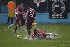 Equipamento duro do futebol no campo inundado Imagens de Stock
