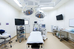 Equipamento e dispositivos médicos na sala de operações moderna Fotografia de Stock