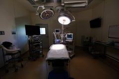 Equipamento e dispositivos médicos na sala de operações moderna Imagem de Stock