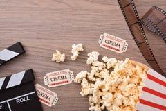 Equipamento e elementos do cinema no close up de madeira do tampo da mesa Imagem de Stock