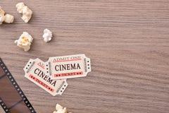 Equipamento e elementos do cinema no detalhe de madeira do tampo da mesa Imagens de Stock