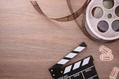 Equipamento e elementos do cinema no tampo da mesa de madeira horizontal Foto de Stock Royalty Free