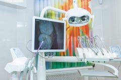 Equipamento e instrumentos dentais no escritório do ` s do dentista, monitor dentistry Projeto do escritório dental moderno novo  Fotografia de Stock