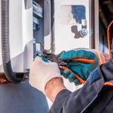 Equipamento elétrico de selagem com um dispositivo especial Trabalhos com equipamento elétrico imagens de stock royalty free