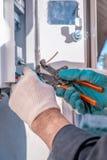 Equipamento elétrico de selagem com um dispositivo especial Trabalhos com equipamento elétrico fotos de stock royalty free