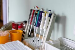 Equipamento especial, médico, tubos de ensaio No laboratório O trabalho de um doutor imagem de stock royalty free