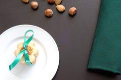 Equipamento festivo na tabela preta, placa com cookies deliciosas t Fotos de Stock Royalty Free