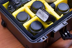 Equipamento fotográfico profissional portátil, protegido em uma mala de viagem alta da resistência fotografia de stock royalty free