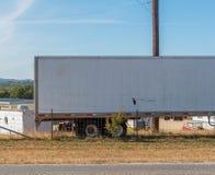 equipamento grande de 18 veículos com rodas estacionado no lado da estrada rural com espaço para o tipo fotografia de stock