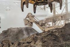 Equipamento industrial da carga Escória quente na loja do ar livre da metalurgia Indústria pesada fotos de stock