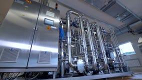 Equipamento industrial de aço inoxidável brilhante do encanamento da fábrica Gás, óleo, tubulações do waterbio vídeos de arquivo