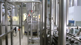 Equipamento industrial tecnologico complexo moderno em uma cervejaria tiro do steadycam video estoque