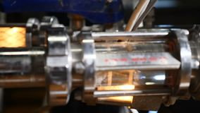Equipamento industrial tecnologico complexo moderno Uma pluralidade de encanamentos, bombas, filtros, calibres, sensores, motores filme