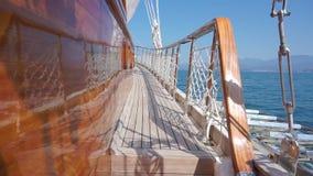 Equipamento luxuoso do iate durante a viagem do oceano video estoque