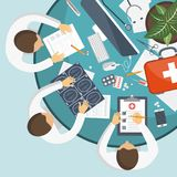 Equipamento médico diagnóstico Doutores da equipa médica no desktop com originais da pesquisa, conceito médico dos cuidados médic ilustração stock