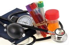 Equipamento médico e amostras para a análise médica no fundo branco imagem de stock