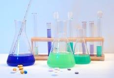Equipamento médico e comprimidos. Fotografia de Stock