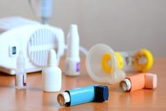 Equipamento médico e drogas para o tratamento da asma Nebulizer, inalador, espaçador, nebulosa, drogas anti-inflamatórios para co imagens de stock