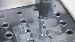 Equipamento médico moderno automatizado farmacêutico que trabalha com o matéria biológico no laboratório moderno filme