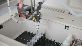 Equipamento médico moderno automatizado farmacêutico que trabalha com o matéria biológico no laboratório moderno video estoque