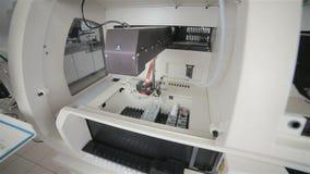 Equipamento médico moderno automatizado farmacêutico que trabalha com o matéria biológico no laboratório moderno vídeos de arquivo