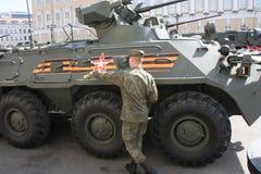 Equipamento militar de limpeza do soldado antes da parada imagens de stock royalty free