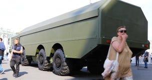 Equipamento militar do combate novo na exposição vídeos de arquivo
