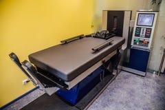Equipamento moderno para o tratamento não-cirúrgico da espinha cervical e torácica no centro médico Foto de Stock Royalty Free