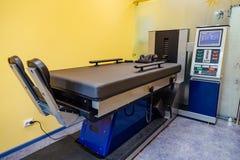 Equipamento moderno para o tratamento não-cirúrgico da espinha cervical e torácica no centro médico Imagens de Stock Royalty Free