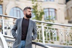 Equipamento ocasional e confortável para a data do outono Aparência à moda do moderno farpado do homem que espera alguém Moderno  fotografia de stock