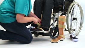 Equipamento ortopédico para o homem novo na cadeira de rodas video estoque