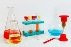 Equipamento para estudos bioquímicos no fundo branco Imagens de Stock Royalty Free