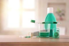 Equipamento para a higiene oral na tabela de madeira no general do banheiro fotos de stock