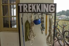 Equipamento para a montanha que trekking imagem de stock royalty free