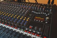 Equipamento para o misturador sadio do DJ e dos músicos Foto de Stock Royalty Free