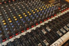 Equipamento para o misturador sadio do DJ e dos músicos Fotografia de Stock Royalty Free