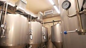 Equipamento para a produção da cerveja, cervejaria privada vídeos de arquivo