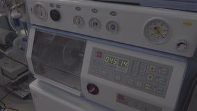 Equipamento para a ventilação do pulmão artificial para o abastecimento de oxigênio ao paciente, não cor corrigida, bom para a cl vídeos de arquivo
