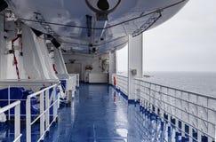 Equipamento por salvares vidas na plataforma de um navio em um dia nebuloso, chuvoso fotos de stock