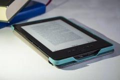 Equipamento portátil moderno O texto impresso inglês Os livros publicados e o eBook fotografia de stock