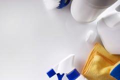 Equipamento profissional da limpeza na opinião de tampo da mesa branca Fotografia de Stock