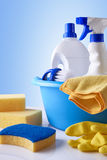 Equipamento profissional da limpeza na vista geral branca da tabela Imagens de Stock Royalty Free