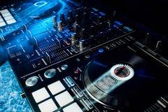 Equipamento profissional moderno para que o DJ misture a música imagem de stock