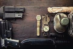 Equipamento tático militar para a partida Variedade da sobrevivência que caminha a engrenagem fotografia de stock