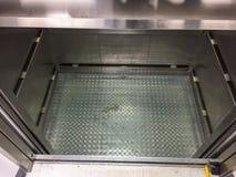 Equipamento vazio interno do elevador do elevador, máquina de esclarecimento do trabalhador, tempo de manutenção imagens de stock
