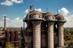 Equipamento velho do alto-forno da planta metalúrgica em Landsc Imagem de Stock