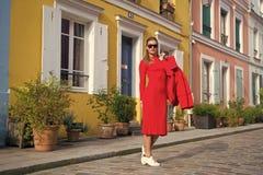 Equipamento vermelho total da mulher para apreciar a rua bonita Paris da caminhada Caminhadas despreocupadas parisienses no dia e foto de stock royalty free