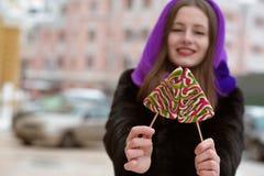 Equipamento vestindo modelo novo alegre do inverno, guardando o swee do caramelo Fotografia de Stock
