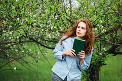 Equipamentos à moda do bohemian da mola Jovem mulher bonita com por muito tempo imagem de stock royalty free